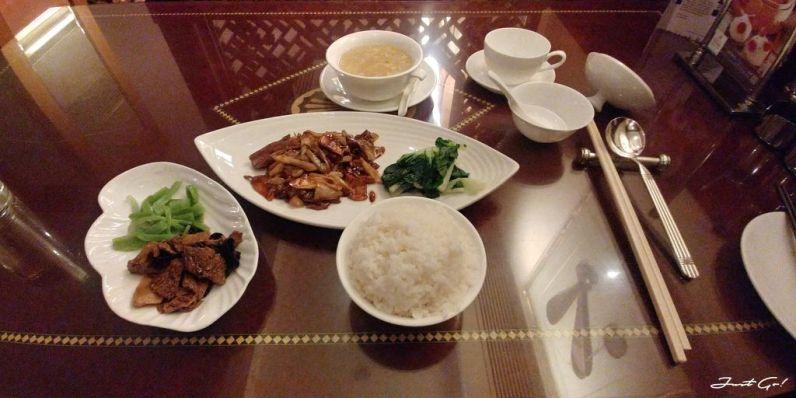 一份套餐長這個樣子,果然是高級飯店,幾百塊的餐還是普普